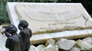 burney bavelaar - grafmonument - relief isis 2
